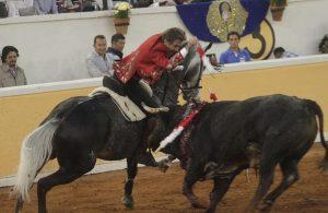 El caballero navarro toreando ayer en Juriquilla con 'Don Quixote', caballo que en Europa se llamó 'Ignorado'.