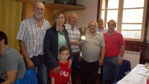 En el centro de la imagen, Alfredo Íñiguez Delmas con el trofeo, rodeado de socios del taurino de Arguedas.