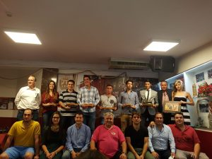 De pie, todos los premiados. Sentados, en la fila inferior, socios de Lodosa por el toro, con su presidente Antonio Campo (segundo por la derehca) y Pablo Azcona, alcalde de Lodosa (tercero por la derecha).
