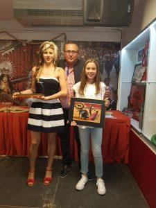 José Antonio Baigorri junto a dos de su hijas, Patri y Rocío, que sostienen los trofeos conseguidos.