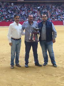 Juan José Laparte, en el centro, con el trofeo, en el ruedo zaragozano de La Misericordia.
