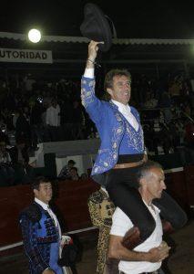 A hombros. Ciudad Hidalgo. 1-XI-2017