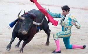 Pase por alto rodilla en tierra de Cayetano en la plaza de Pamplona, una suerte muy propia de su abuelo Antonio Ordóñez.