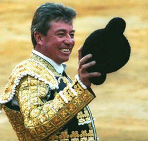 Saludos de Miguel Espinosa 'Armillita Chico' en una de su últimas actuaciones.