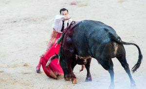 Estocada de Rafaelillo a un miura el pasado 14 de julio en Pamplona.