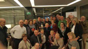 Los socios del taurino pamplonés rodean a Curro Romero, en el centro de la imagen, al fondo.
