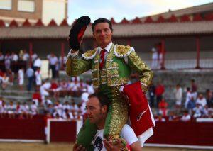 Diego Urdiales, el pasado mes de agosto, saliendo a hombros en la plaza de Estella. Fotografía: Emilio Méndez.