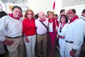Dolores Aguirre, Federico Lippehaide, su marido (también fallecido, como su esposa), y su hija Isabel en uno de los aparatados sanfermineros de .2009.