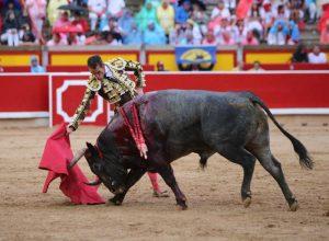 Derechazo de Pepe Moral a un toro de Escolar el pasado 8 de julio en Pamplona. Fotografía: Emilio Méndez.