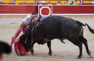 Estocada de Rafaelillo el pasado 14 de julio en Pamplona al primer toro de Miura de su lote. Fotografía: Javier Arroyo.