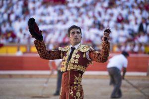 Javier Castaño pasea en triunfo la oreja conseguida de un toro de Miura. Fotografía: Javier Arroyo.