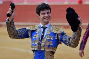 Toñete, paseando una oreja en triunfo en la plaza de Almería.