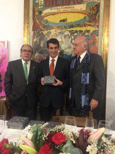 Francisco Marco en el momento de recibir un obsequio de la Peña Taurina Bilbaína.