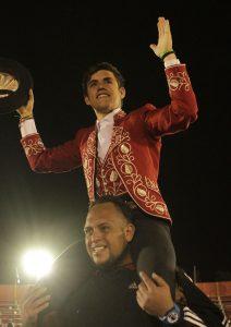 Guillermo Hermoso de Mendoza saliendo a hombros en Cholula, algo que ya había hecho en Irapuato y Morelia. Fotografía: pablohermoso.net