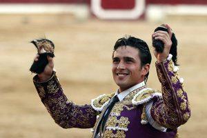 Alberto Aguilar pasea en triunfo las dos orejas del quinto de Dolores Aguirre, lidiado en Tafalla en 2015.