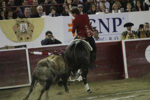 Hermoso de Mendoza toreando con 'Disparate' en la plaza mexicana de León. Fotografía: pablohermoso.net