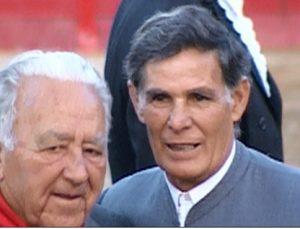 El Titi con Ruiz Miguel el 18 de septiembre de 2004 en la plaza de Sangüesa, donde recibió un sentido homenaje. Fotografía: cedida por Miguel Monreal.