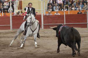 El caballero navarro se dipone a clavar una banderilla con el debutante 'Farsanta' en Villa Hidalgo. Fotografía: pablohermoso.net.