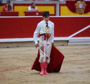 De esta guisa acabó Gonzalo Caballero el pasado 8 de julio en Pamplona tras despachar a su primer Escolar. Fotografía: Emilio Méndez.