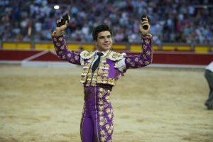 Jesús Enrique Colombo pasea en triunfo en Pamplona las dos orejas del quinto utrero del festejo. Fotografía: Javier Arroyo.