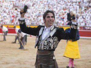 Armendáriz pasea en triunfo las dos orejas de un toro el pasado 6 de julio en la plaza de Pamplona. Fotografía: Javier Arroyo.