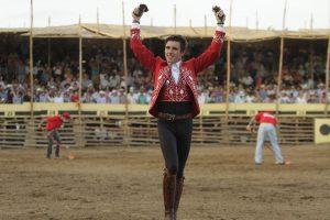 Guillermo Hermoso de Mendoza pasea en triunfo las dos orejas del novillo que lidió en La Petatera.