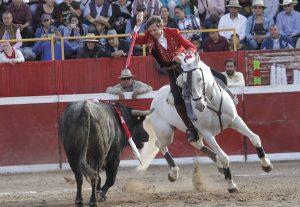 El caballero navarro mató al primero de su lote con el caballo debutante 'Garfio'.