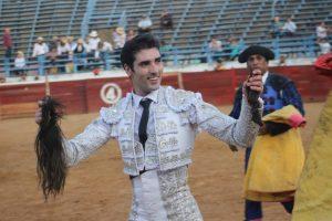 Javier Antón pasea triunfal un rabo simbólico en la plaza venezolana de Valle de la Pascua.