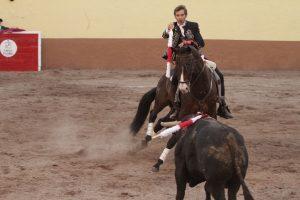 Hermoso de Mendoza clava una banderilla a lomos de 'Impaciente'.