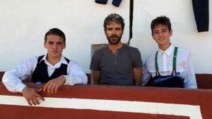 José Tomás, entre dos alumnos de la Escuela Taurina de Cataluña.