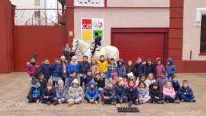 El grupo de alumnos del colegio Santa Ana de Estella con el mítico 'Labrit'. Fotografía: pablohermoso.net