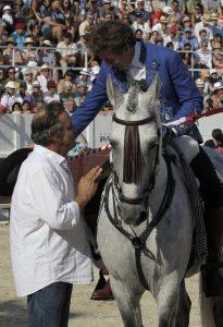 Hermoso de Mendoza brindando un toro a Luc Jalabert.