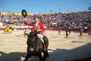 Guillermo Hermoso de Mendoza saluda tras el paseíllo en Mérida, plaza mexicana en la que hizo su presentación.