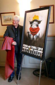 Laurent Pallatier ante su cartel, el que anunciará la Feria del Toro de Pamplona de 2018