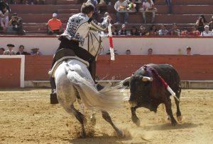 El caballero navarro, quebrando con 'Donatelli', en la plaza de Texcoco.