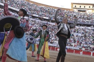 Hermoso pasea las dos orejas conseguidas en Aguascalientes bajo unos tendidos repletos de público.
