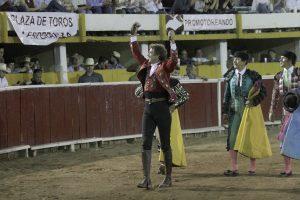 El caballero navarro pasea las dos orejas del segundo del festejo en la plaza La Esperanza de Chihuahua.