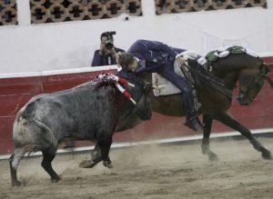 Hermoso puso al público en pie en Querétaro con la suerte del teléfono, que ejecutó montando a 'Jabugo'.