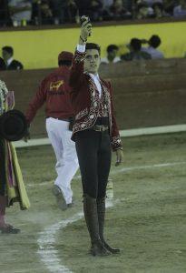 Guillermo Hermoso de Mendoza pasea en triunfo la oreja conseguida en Tlaxcala, la última de su primera campaña mexicana.