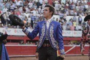 Guillermo Hermoso de Mendoza dando la vuelta al ruedo en Monterrey, la única del festejo.