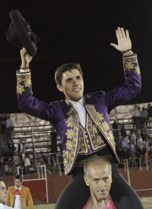 El joven jinete navarro salió a hombros en solitario en León.