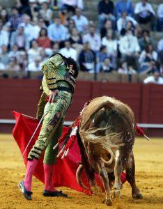 Toñete toreando al antural ayer en Sevilla. Fotografía: Arjona.