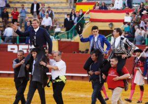 Los tres caballeros han salido a hombros en la apertura de la Feria del Caballo.
