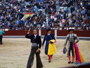 Paco Ramos, de azul y azabache, sigue a Martín Burgos en su vuelta triunfal en Las Ventas tras haber cortado una oreja.