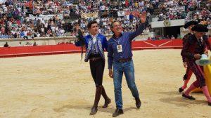 Tras cortar el rabo, Guillermo Hermoso de Mendoza ha dado la vuelta con el ganadero, con Pedro Gutiérrez Moya.