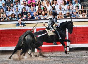 Hermoso de Mendoza ha recibido a su novillo con 'Alquimista'.