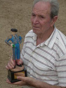 Pepe Goñi, con la escultura que recibió en el homenaje de 2009.