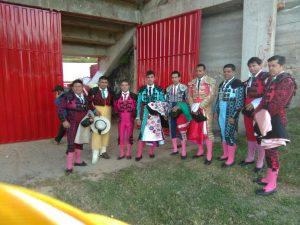 En el centro de la imagen, Javier Antón en la plaza peruana de Huambos, vestido de verde y azabache, sosteniendo el capote de paseo y rodeado de los otros matadores de toros y diversos sublaternos que intervinieron en la corrida de toros.
