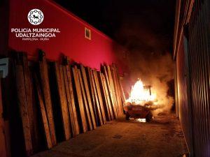 Han prendido fuego a a una máquina elevadora utilizada para transportar las piezas del vallado del encierro sanferminero. Fotografía: Policía Municipal de Pamplona.