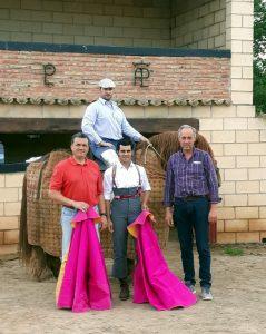 De izda a dcha, Juan Carlos Ruiz, Ramitos a caballo, Francisco Expósito y el ganadero Carlos Lumbreras.
